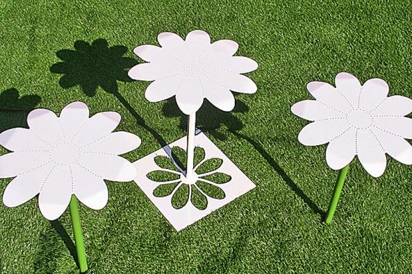 Rozkvetlou zahradu můžete mít po celý rok. Stačí jednoduše zapíchat do země trvanlivé květiny. Hezky se vyjímají také instalované vmělké vodě. Květ s podstavcem  slouží jako stolek (ATELIER D´ARTISTE, Francie).