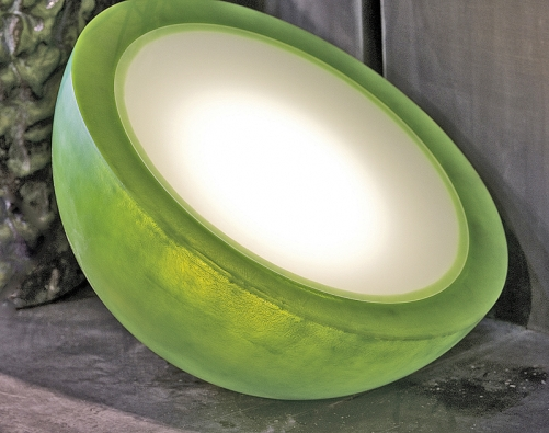 Mezzoluna (průměr 60cm, v. 30 cm) je odolné svítidlo připomínající měsíc, které může přečkat venku ivzimě. Dobře se uplatní ale ivinteriéru. Kamenina vkombinaci sprůsvitným polyesterem vbarvě přírodní, červené, žluté, světle nebo tmavě zelené, modré ačerné (DOMANI, Belgie).
