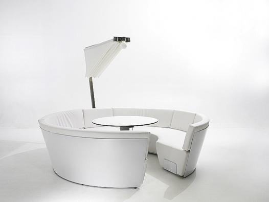 Zahradní nábytek Cosmos se slunečníkem tvoří dvě polokruhové sedačky pro devítičlennou společnost.