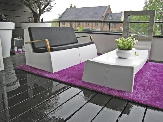 Barevný koberec Freak® pro venkovní odpočinek. Avantgardní vzhled dodá prostoru novou náladu apocit, že pobýváte vpohodlí interiéru. Ideální jako funkční dekorace na zahradu, terasu nebo balkon. Je vyroben zvelmi měkkých, ale extrémně odolných materiálů, které odolávají vodě iUV záření (C & F Design B. V., Nizozemsko).