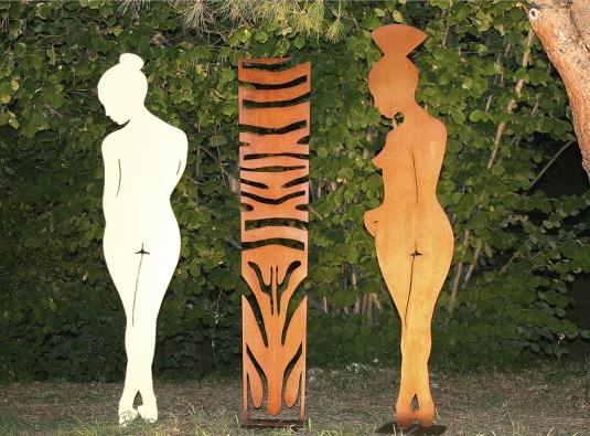 Vkaždé roční době zaujmou sochy vzahradě. Ženské siluety upevněné na podstavcích osloví tvary, barvami imožností snadného přeskupení (ATELIER D´ARTISTE, Francie).