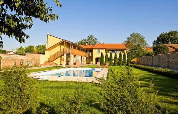 Bazén lemuje chorvatský vápenec. Výhodou je, že se vlétě nenahřívá od sluníčka.