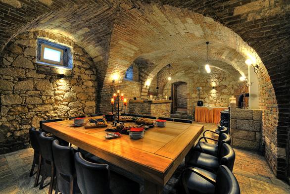 Největší sklepní místnost, dřívější lisovna. Když se netopí, bývá tu 15 až 16 °C.