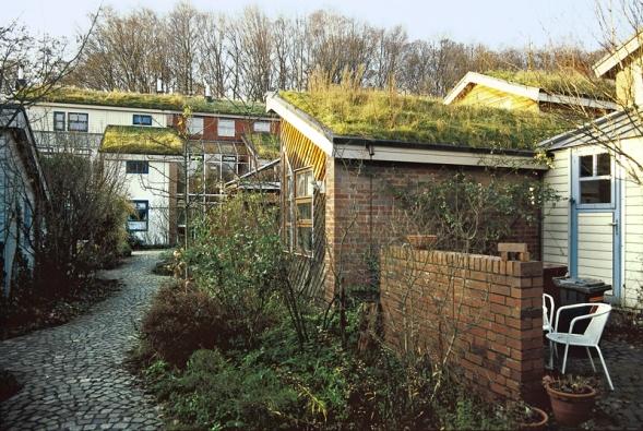 Ekologická vesnice Düsseldorf-Unterbach sdůsledně řešeným hospodařením sdešťovou vodou: zelené střechy mají přepad do vsakovacích šachet udomů, voda zmalé části klasických aprosklených střech končí vpodzemních tancích na užitkovou vodu. Zpevněné povrchy komunikací jsou dlážděny zpřírodních materiálů (žula) tak, aby umožňovaly vsakování, přebytečná voda se ztratí vzáhonech podél cest.