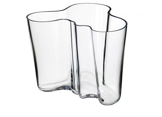 Váza, výroce Iittala (Finsko), design Alvar Aalto, navržena roku 1938 ke světové výstavě vPaříži, 160mm vysoká, barevnost bílá 3117 Kč ačirá 2523Kč (DESIGNOR).