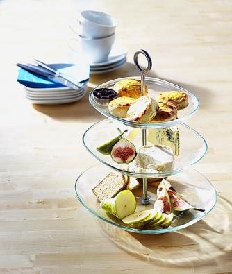 365+, třípatrový servírovací tác, cena 299Kč. Vyjímatelné talíře můžete různě kombinovat anastavit jejich výšku podle potřeby. Sklo, nerezavějící ocel. Design: Lovisa Wattman (IKEA).