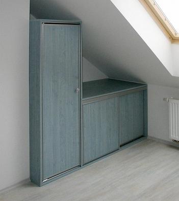 """Vyplnění niky """"standardním"""" nábytkem může vytvořit nestandardní celek."""