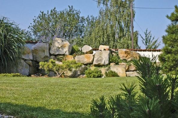 Kámen vzahradě může mít mnoho podob. Zde se stal dominantním prvkem, který časem významně doplní zeleň.