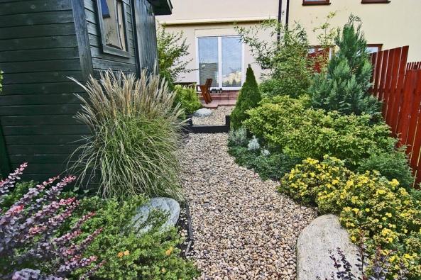 Přírodní vzhled zahrady umocňují cestičky vysypané kačírkem. Když je lemuje kompaktní vzrostlejší zeleň, působí, jako by tu byly odjakživa.