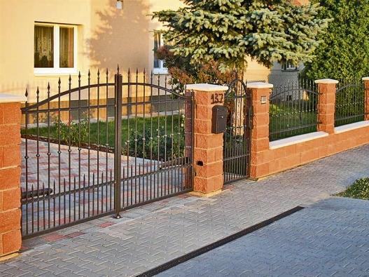 Na zakázku vyrobený kovaný plot je nejenom atraktivní, ale dokáže podtrhnout iindividualitu stavby (MIROSLAV SKALÍK).