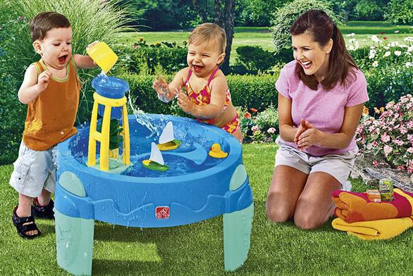 """Venkovní hrátky svodou děti asi také nikdy neomrzí, přitom na rozdíl od """"divoké"""" vody ve formě kaluží či bazénu je tato forma hry zcela bezpečná (BABYWELT.CZ)."""