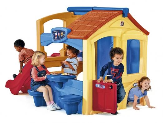 Domeček nabízí zkaždé strany mnoho aktivit pro mnoho dětí: skluzavka, házení míčků na terč, tajné únikové dveře, stolek amnoho dalšího.