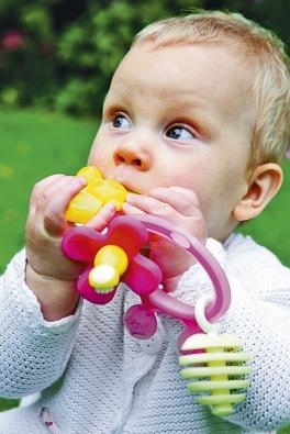 Kousátko srůznými povrchy usnadňuje prořezávání aposilování prvních dětských zoubků (DIFRAX).