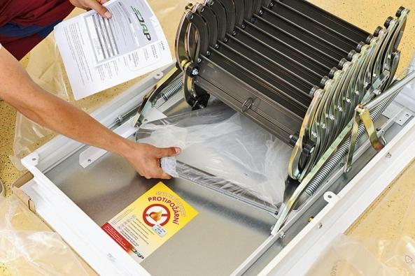 Schody LUSSO nejprve vybalte zochranné fólie, přiložené příslušenství si poskládejte vedle sebe apřekontrolujte. Správný výrobce dodává inávod na montáž schodů, který si pečlivě prostudujte!