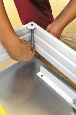 Kuchycení rámu schodů LUSSO do stavebního otvoru slouží čtyři kotevní šrouby M10 × 100 smaticemi, které nasadíme do nachystaných otvorů ve čtyřech rozích rámu schodů.