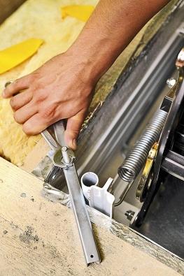 Nosníky se položí uhlopříčně přes rohy otvoru aupevní šrouby M10 x 100 smaticemi.