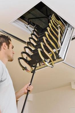 Jakmile jste úspěšně zvládli montáž stahovacích schodů LUSSO, vyzkoušejte jejich otevírání azavírání. Víko schodiště se otevírá pomocí stahovací tyče, která je součástí balení. Tyč je ukončena háčkem, kterým zachytíte očko zámku na víku schodů atahem ksobě jej odjistíte. Víko se mírně pootevře. Opět háčkem tyče zachytíte kroužek, který je umístěn na první schodnici stahovacích schodů, atím si lehkým tahem ksobě přitáhnete schodnice, které pak chytíte rukou acelé schody stáhnete kzemi. Podlahová krytina je chráněna oproti oděru ochrannými plastovými kolečky. Skládání azavírání schodů probíhá samozřejmě opačným způsobem. Jemným tlakem ruky stlačíte schodnice kvíku, otočíte tyčku háčkem kzemi aplochým koncem tyče splastovou koncovkou jemně zaťuknete víko do rámu.
