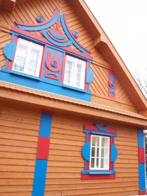 Detail průčelí jednoho z Gočárových domů v Zoo Praha.
