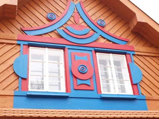 Pohled na průčelí Gočárova domu.