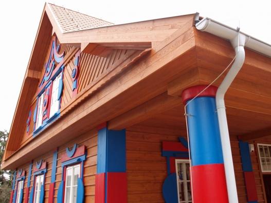 Detail průčelí a sloupů na Gočárově domě, kde se nachází restaurace.