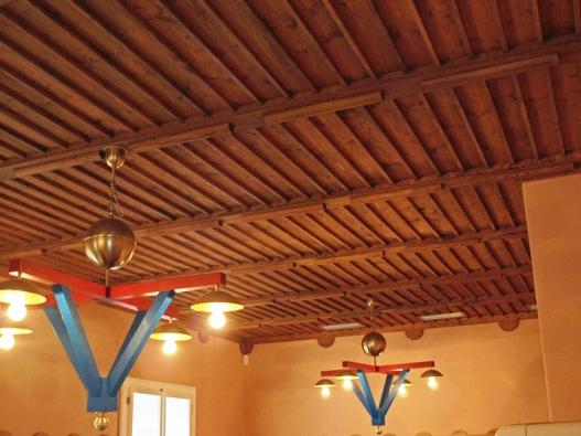 Pohled na strop v interiéru Gočárovu domu, kde se nachází restaurace.