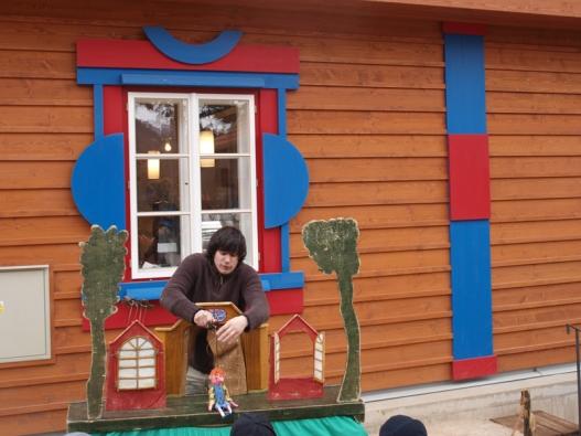Před jedním z Gočárových domů se hrálo loutkové divadlo pro nejmenší návštěvníky.