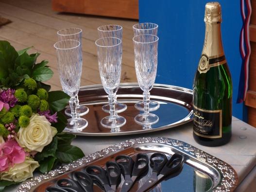 Při slavnostním přestřižení pásky u Gočárových domů nemohlo chybět šampaňské...