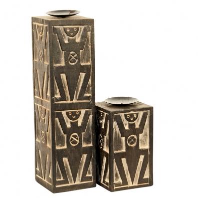 Set dvou kvádrových dřevěných svícnů setno motivem. Materiál: tropické dřevo Albizia Falcata. Cena za set 597Kč (IN ART).