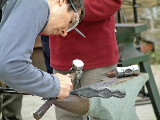 Při práci skladivem jsou snad ještě víc než prsty adalší části rukou ohroženy oči.