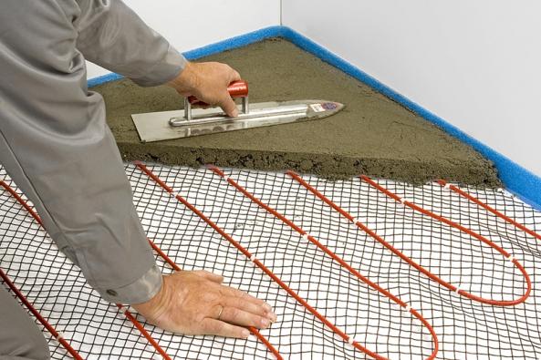 2) Nanesení betonu: Na takto fixovaný kabel naneseme dostatečné množství stavebního materiálu: betonu nebo anhydritu. Vpřípadě použití těchto stavebních hmot je požadovaná výška vrstvy 30 až 50mm. Velmi důležité je, ať již použijeme jakoukoli stavební hmotu pro tento účel vhodnou, dodržet správnou délku jejího vysychání (vyzrávání), která může být vpřípadě jednotlivých materiálů velmi rozdílná.