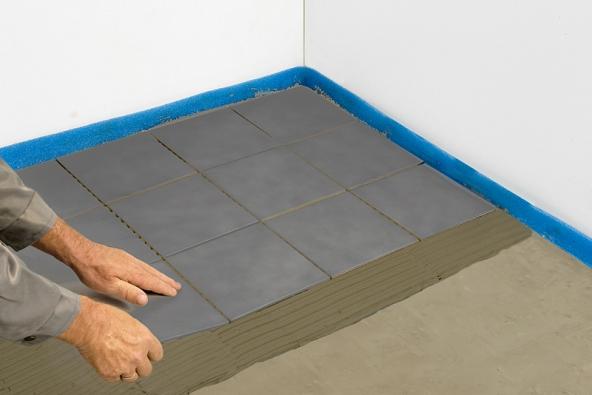 3) Položení dlaždic: Jakmile je podlaha dostatečně zralá, naneseme stavební lepidlo na dlaždice, které klademe přímo na betonový povrch. Ve vlhkých prostorách aplikujeme před nanesením lepidla vodotěsný nátěr. Pokud chceme na povrch položit jinou podlahovou krytinu, pak lze postupovat podle pokynů popsaných níže (instalace při renovaci).
