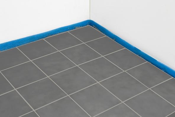 4) Hotová podlaha: Pomocí silikonové těsnicí hmoty utěsníme prostor mezi dlaždicemi astěnami. Před zapnutím systému podlahového topení necháme podlahu kompletně zaschnout.