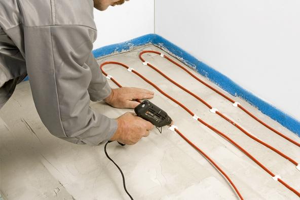 1) Instalace kabelu: Při stanovení délky aroztečí kabelu použijte již zmíněnou Příručku pro podlahové topení. Kabel připevníme kčisté podlaze pomocí tavné pistole nanesením vrstvy tavného lepidla.