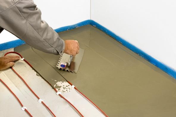 2) Výplňová vrstva: Na kabel opatrně rovnoměrně naneseme výplňovou vrstvu stavební hmoty. Při renovaci podlahy je tato vrstva nižší –stačí jí nanést do výše topného kabelu cca 8mm. Důležité je nechat tuto vrstvu pořádně proschnout.