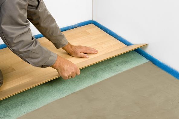 3) Položení podlahové krytiny: Na zaschlou výplňovou vrstvu položíme hrubou lepenku nebo pěnovou podložku kvůli kročejové izolaci. Na takto připravený povrch položíme plovoucí dřevěnou nebo laminátovou podlahu podle pokynů výrobce.