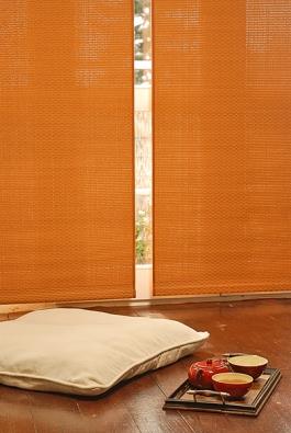Lapače prachu (závěsy) nahradily moderní apřírodní materiály se snadnou údržbou.