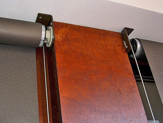 Rolety ažaluzie se vyrábějí zplastu, zkovu potaženého plastem, ze dřeva apovrchově upravených textilií.