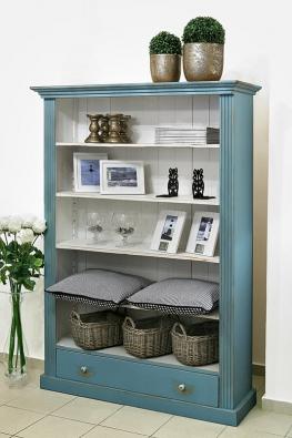 Stylovou knihovnu zmasivního dřeva srozměry 119 × 174×42 cm koupíte za 9500 Kč. Můžete ji ozdobit například zlatými keramickými květináči (cena od  320 Kč), proutěnými koši (za 250Kč) nebo skleněnými dekorativními číšemi (320Kč, prodává MONPORT).