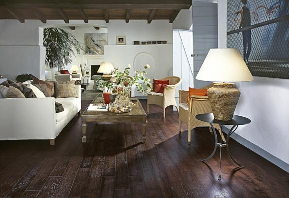 Typickým znakem interiérů zjižní Francie je přírodní dřevo. Prkenné podlahy adřevěné stropní trámy mají nestejnorodou barevnost astrukturu bohatou na suky ažilkování. Na ukázku jsme vybrali dubové podlahy ztřívrstvých lamel zkolekce Provence, dekor Tarascon, cena 2388 Kč/m² (KPP).