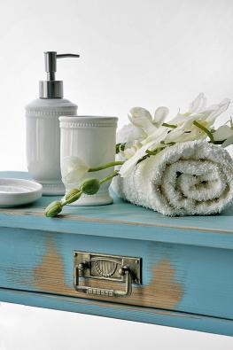Bílá koupelnová sada (dávkovač na mýdlo, kelímek na vodu, držák na kartáčky apodložka pod mýdlo) stojí 680Kč. Koupelnu krásně ozdobí idekorační orchidej zhedvábí (cena 590 Kč, MONPORT).