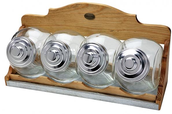 Poličky na dózy na cukr, mouku, koření lze zavěsit na stěnu nebo postavit na nábytek. Jsou zmasivní borovice azinkového plechu astojí 2750Kč (INTERIÉR DEL´ ARTE).