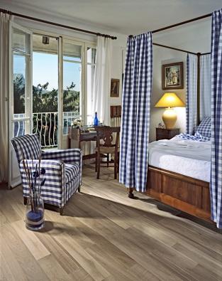 Modrá a bílá, modrobílý proužek a modrobílá kostka patří k typickým středomořským dekorům.