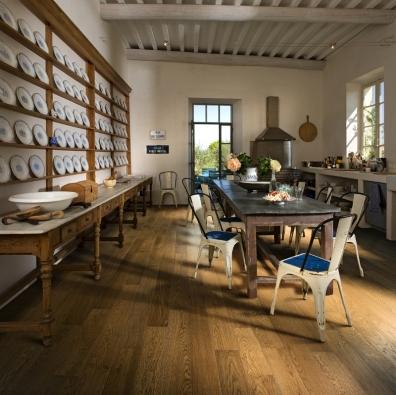 Prostorným kuchyním ajídelnám vévodí masivní jídelní stoly. Nábytek se omezuje hlavně na spodní skříňky anástěnné police, aby prostor jako celek zůstal odlehčen, kuchyňská linka bývá často vyzděná. Dubová podlaha je zkolekce Provence, dekor Arles (KPP).