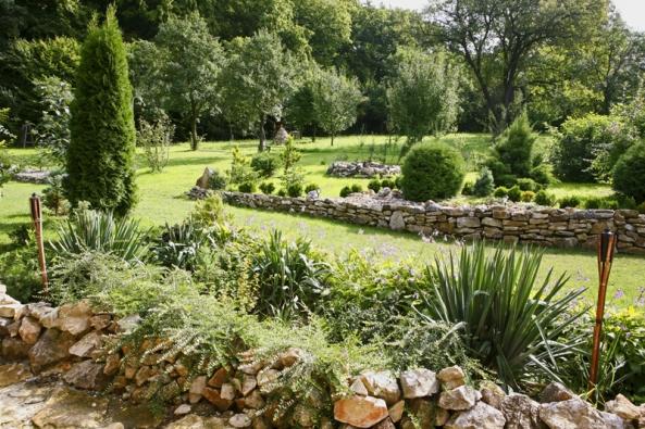 Okrasná část zahrady představuje asi deset arů aje situována vblízkém okolí rodinného domu.