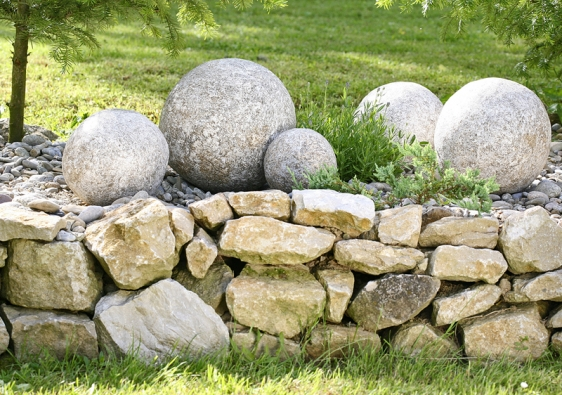 Vizuálně mimořádně přitažlivé je zátiší zkulatých kamenů, které je umístěno nakamenné zídce.