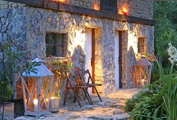 Součástí zahrady je také citlivě zrekonstruovaná hospodářská budova. Přírodní štípaný kámen je viditelný hlavně zvenčí. Při dobrém osvětlení téměř dokonalý pohled.