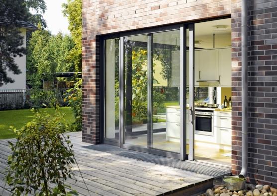 Francouzská okna, posuvné nebo výklopné prosklené stěny či velkoplošné neotvíravé celoskleněné příčky astěny představují významný zdroj denní světla. Žádoucí je však instalace účinného odstínění.