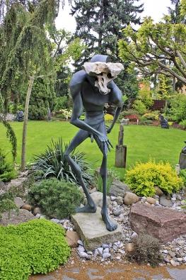 Zahrada je dotvořena do moderní, umělecky laděné podoby.