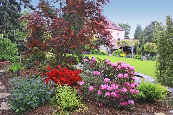 Velkorysá zelená plocha tu nebyla odjakživa: na zahradě původně rostly ovocné stromy, které byly odstraněny anahrazeny travním kobercem.