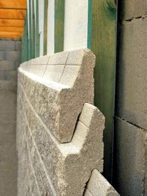 Samonosná konstrukce Novabrik spřekládanými auzamčenými kameny zpevňuje obvodovou konstrukci domů.